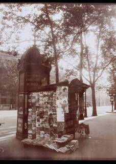 Eugène Atget (1857-1927). À l'angle du boulevard de la Madeleine, 8 juin 1925