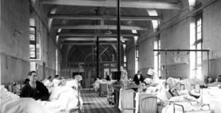 Ancienne salle commune dans l'hôpital Saint-Louis, Paris.