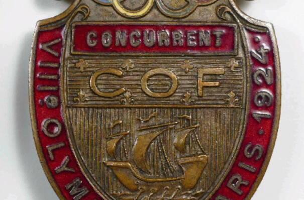 Insigne de concurrent des J0 de 1924, bronze, doré, émail, 1924, Colombes, musée municipal d'Art et d'Histoire, (c) B Farat - utilisation soumise à autorisation