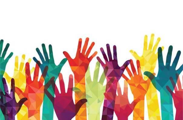 mains colorées et levées vers le haut