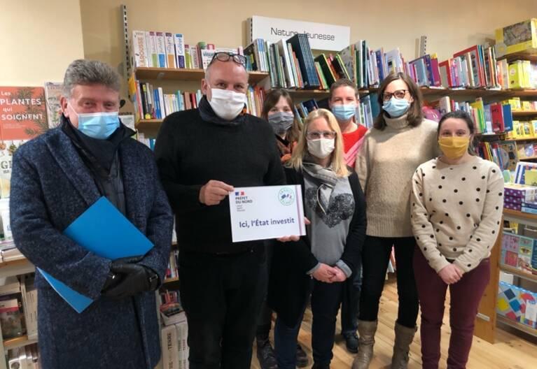 Les membres de la prefectures avec les employés de la librairie