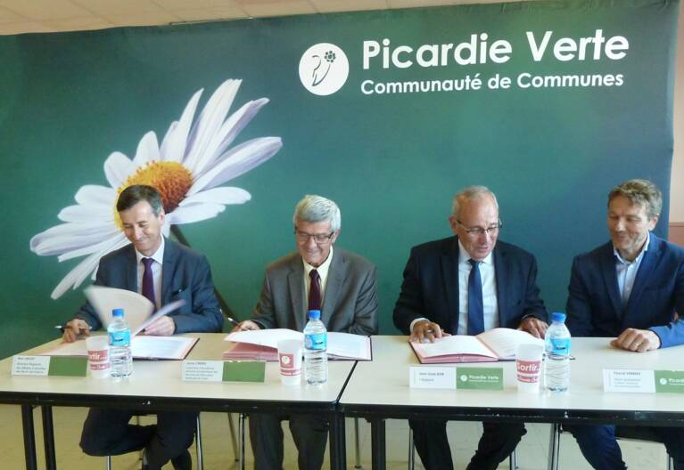 4 personnalités signant le contrat Culture-ruralité