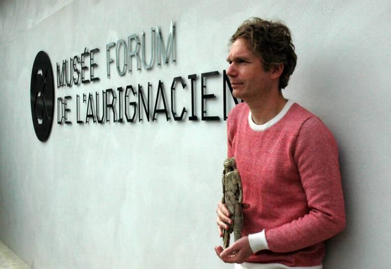 Abraham Poincheval devant le  Musée-forum de l'Aurignacien