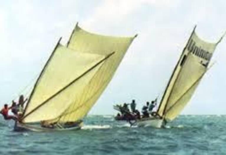 Trois yoles rondes sur la mer