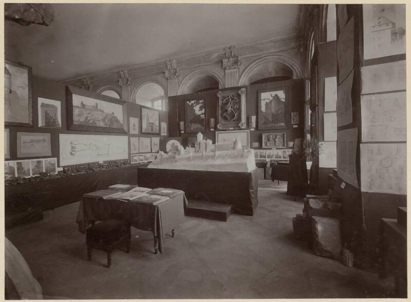 Exposition de 1905 au palais Rohan, salle consacrée au château du Haut-Koenigsbourg. ICO 482B039-484-01 - Denkmalarchiv