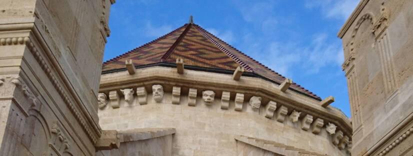 Cathédrale de Langres : corniches romanes et ses corbeaux moulurés, zoomorphes ou anthropomorphes