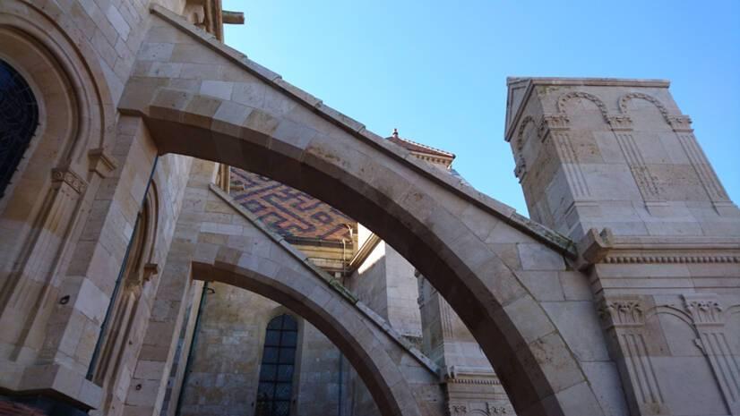 Cathédrale de Langres : déambulatoire nord et contreforts après restauration