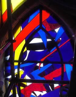 Un des vitraux créé par Imi Knoebel en cours de montage dans les deux chapelles adjacentes à la chapelle d'axe de la cathédrale de Reims