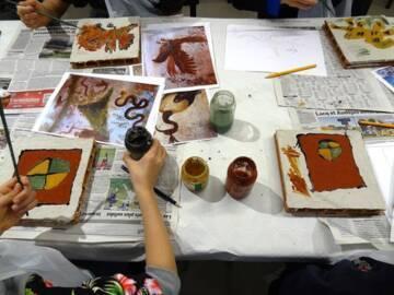 Atelier pédagogique au Musée gallo-romain à Claracq / Source : Wikimedia Commons