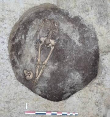 Inhumation avec tête coupée, Saint-Lyé 2018 - J-B. Sinquin - Eveha