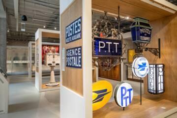"""Plateau """"Des hommes et des métiers"""" : ensemble d'enseignes de différentes époques, Musée de La Poste (c) La Poste, Thierry Débonnaire, 2020"""