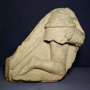 Chevalier sculpté découvert à Mehun-sur-Yèvre, calcaire, entre 1385 et 1396, Mehun-sur-Yèvre, musée Charles VII (c)Philippe Bon ; Musée Charles VII