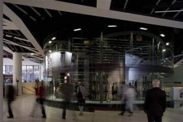 Paris, musée du quai Branly - Jacques Chirac, La tour Musique. Jean Nouvel. La réserve des instruments de musique dans la Tour de verre. Photo (C) musée du quai Branly - Jacques Chirac, Dist. RMN-Grand Palais / Nicolas Borel