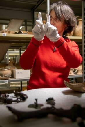 Bordeaux, musée d'Aquitaine,  Un membre du personnel scientifique au travail / Musée d'Aquitaine