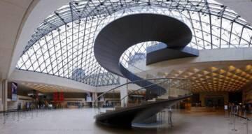Musée du Louvre, l'escalier hélicoïdal du hall Napoléon, vue intérieure de la pyramide (c) musée du Louvre