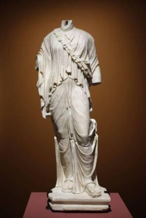 Statue féminine découverte à Villevieille (Gard), marbre, 1er siècle, Nimes, musée archéologique © Cécile Carrier