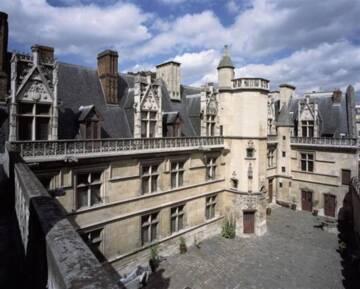 Musée national du Moyen Âge : cour de l'hôtel de Cluny Photo (C) RMN-Grand Palais (musée de Cluny - musée national du Moyen Âge) / Thierry Ollivier