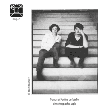 Manon Ravel et son associée assises sur les marches d'un escalier