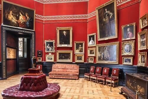 Vue intérieure de la tribune au musée Condé de Chantilly