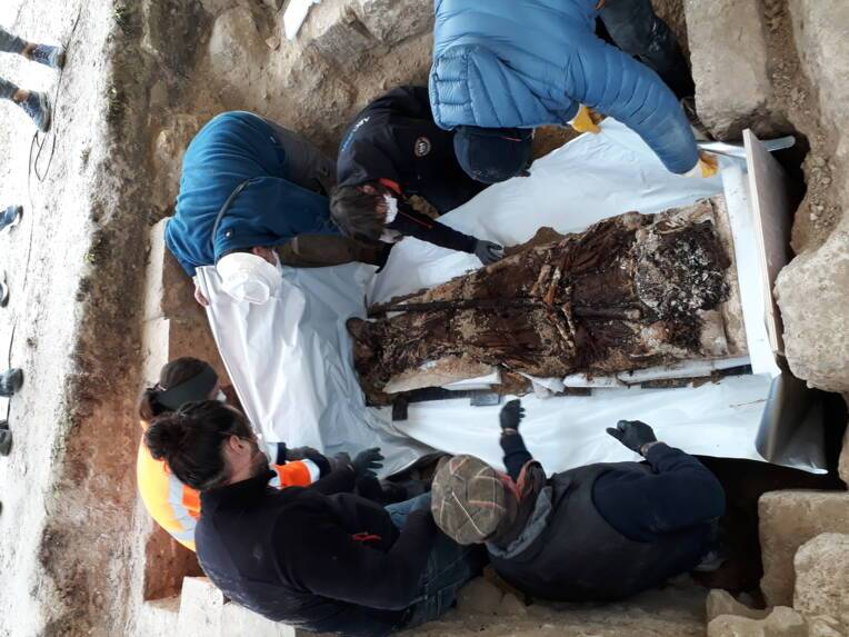 Spectaculaire découverte du corps exceptionnellement conservé d'un abbé du XIIIe siècle lors de fouilles archéologiques