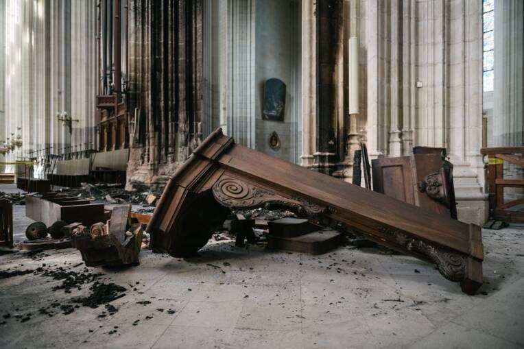 Quatre mois après l'incendie de la cathédrale de Nantes : la dépollution et le déblaiement des vestiges