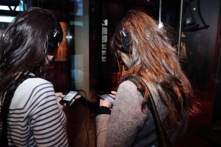 """Paris, musée du quai Branly - Jacques Chirac, Le musée numérique : Application smartphone NFC """"Le musée en musique"""". Les coulisses de la réserve des instruments de musique. Photo (C) musée du quai Branly - Jacques Chirac, Dist. RMN-Grand Palais / Cyril Zannettacci"""