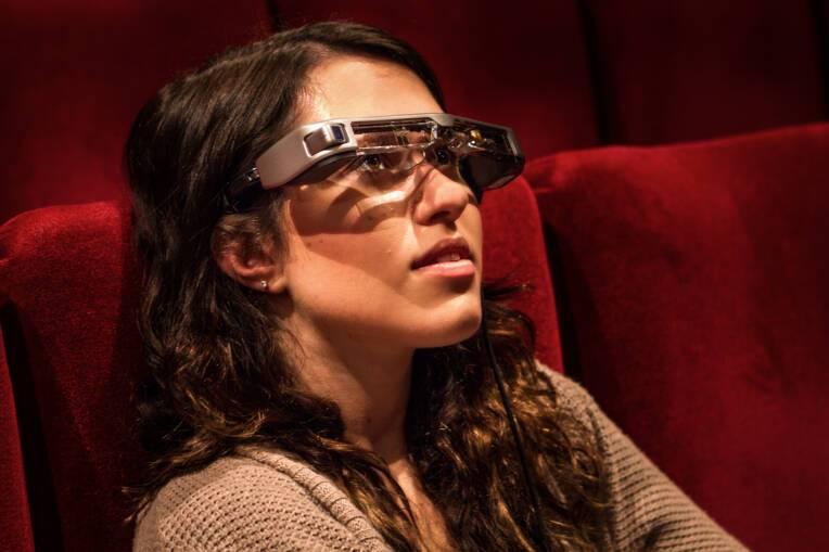 Innovation : des lunettes de réalité augmentée pour les amateurs de théâtre sourds et malentendants