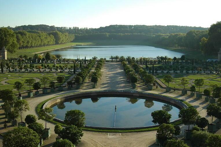 Château de Versailles, l'orangerie et la pièce d'eau des Suisses / Bertrand MAGNIER, Source : Wikimedia Commons