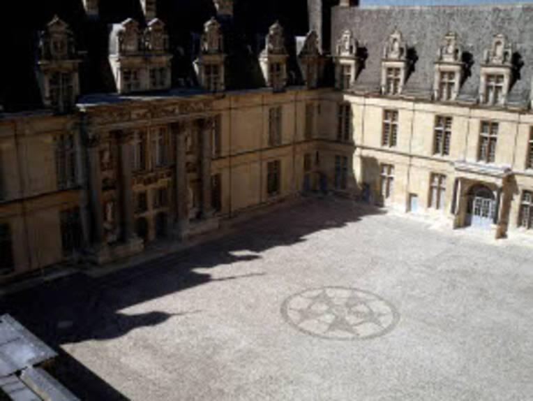 Cour du Château d'Ecouen restaurée