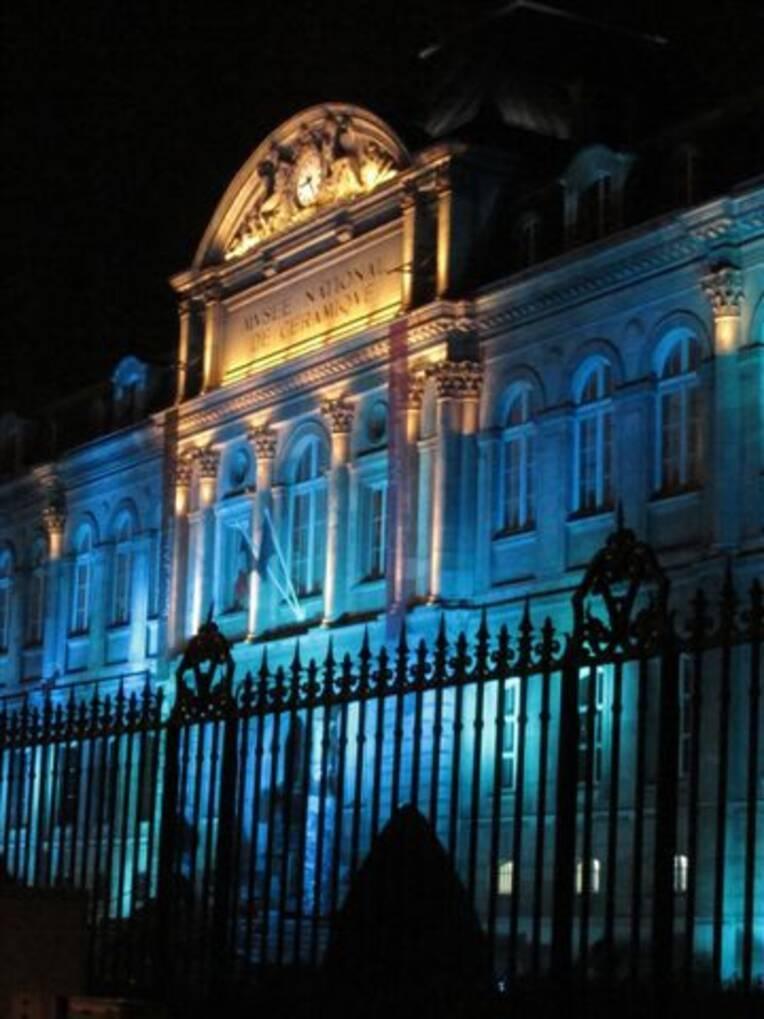 Façade illuminée - Sèvres - cité de la céramique