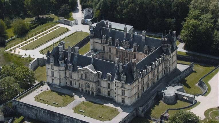 Vue aérienne du château d'Ecouen