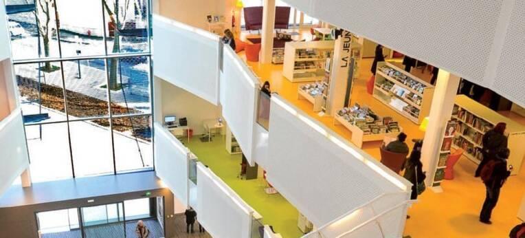 Photographie de la bibliothèque municipale de Bron servant de couverture à la synthèse 2013 de l'activité des bibliothèques municipales en France