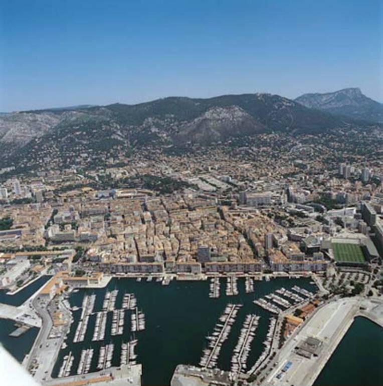 Port de Toulon, vue aérienne du site dominé par le mont Faron