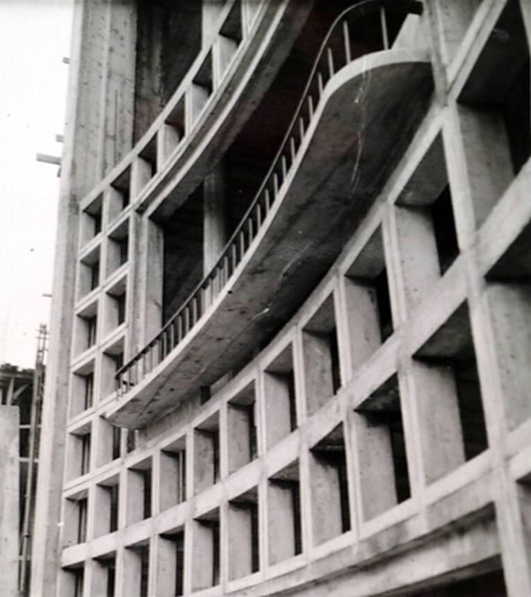 Façade nord, détail sur jardinière d'une façade-écran en claustras de la cage d'escalier