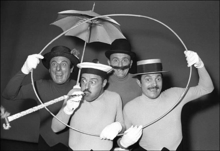 """Photo prise le 14 septembre 1968 au Théâtre Fontaine à Paris, du quatuor vocal français """"Les Frères Jacques"""""""