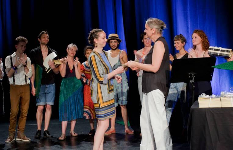 Annabel Poincheval, inspectrice à la Direction Générale de la Création Artistique / Ministère de la Culture et membre du jury, remet son diplôme à Emily Evans, diplômée de la 11e promotion de l'ESNAM