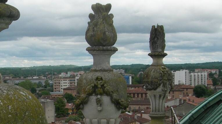 Début du chantier de restauration des pots-à-feu de la cathédrale de Montauban