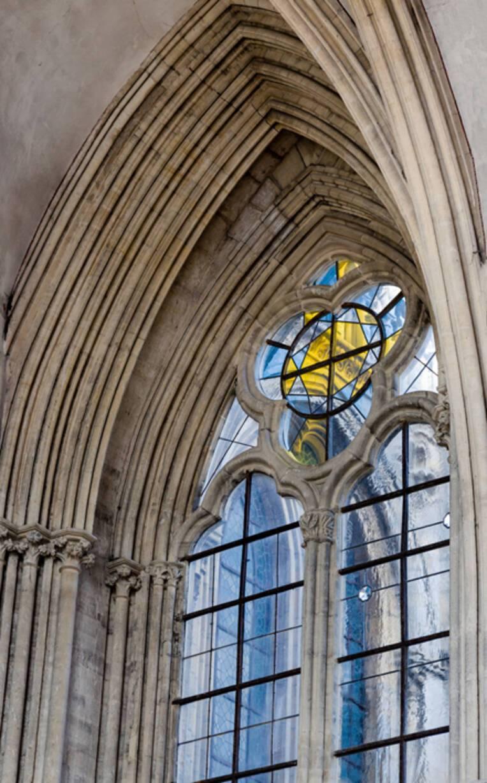 Essai de vitrail dans la cathédrale de Bayeux