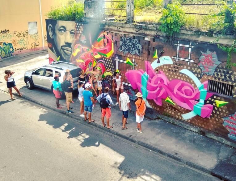 Groupe de personnes visite la ville et discute sur le street art