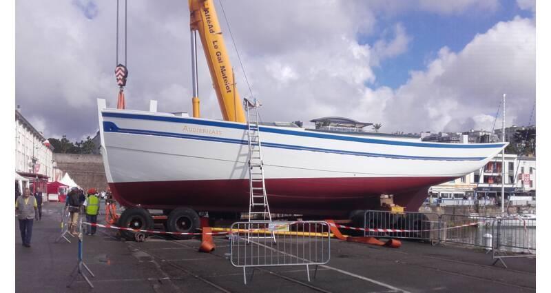 Le bateau de charge « Audiernais », construit en 1936 à Audierne par le charpentier de marine Émile Morvan, à sa sortie du chantier du Guip à Brest au mois de juillet 2016. Classé au titre des monuments historiques en 1988.