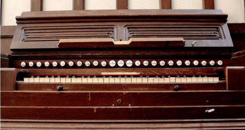 Clavier de l'harmonium de Dumont-Lelievre à Bruyères-et-Montberault, Inscrit MH Novembre 2018