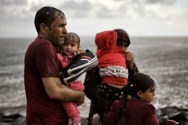 """""""Scènes de guerre et zone de paix"""", le drame des migrants en Grèce vu par le photojournaliste Aris Messinis lors du festival Visa pour l'image"""