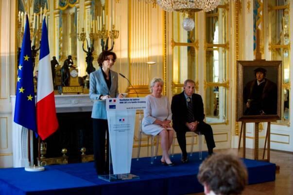 Audrey Azoulay, ministre de la Culture et de la Communication prononce un discours, aux côtés des ayants droit d'Hertha et Henry Bromberg