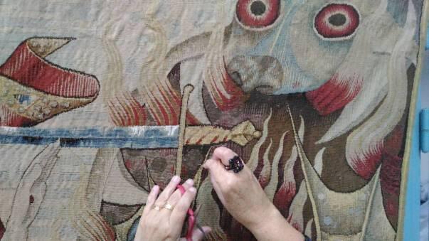 Chaise-Dieu tapisseries la restauratrice S. Bouret au travail