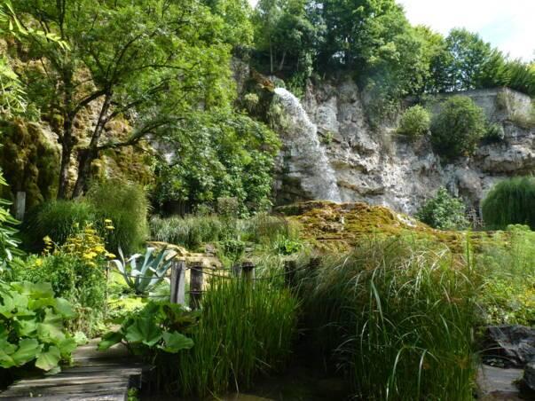 Le jardin des fontaines pétrifiantes à La Sône
