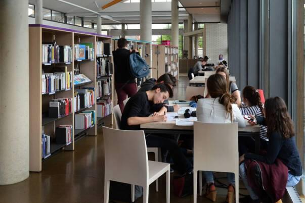 Bibliothèque Pompidou à Châlons-en-Champagne, espaces de travail. Photo Christophe Manquillet - Ville de Châlons-en-Champagne