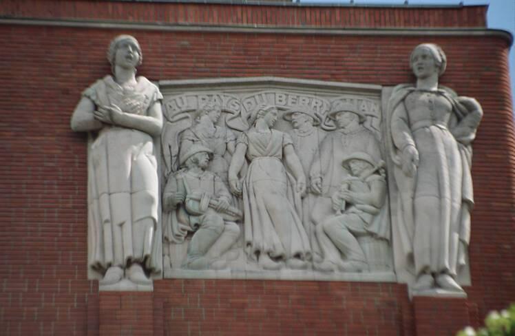 Bas-relief droit représentant un groupe folklorique