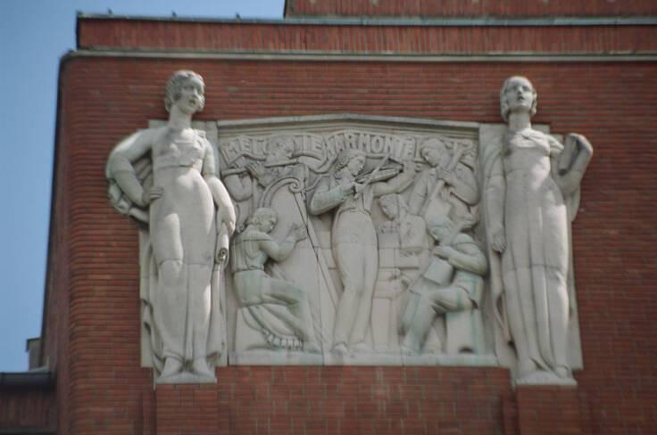 Bas-relief gauche représentant Mélodie et Harmonie