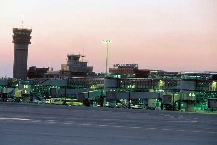 Aéroport Marseille-Provence - Marignane, tours de contrôle et passerelles télescopiques vues des pistes