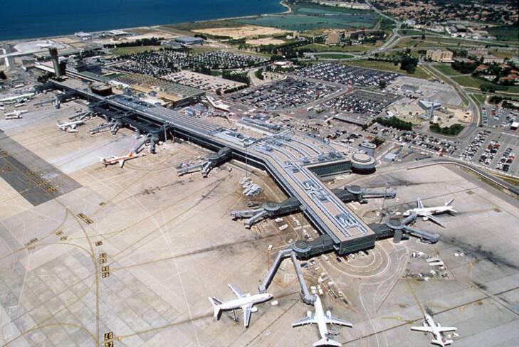 Aéroport Marseille-Provence - Marignane, vue aérienne côté pistes avec halls 3 et 4 au premier plan